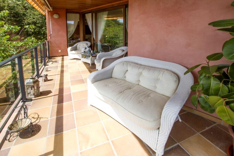 Dieses exquisite ferienhaus in hanglage verzaubert sie mit hochwertiger inneneinrichtung und einem wunderschönen und weiten panoramaausblick auf das ca