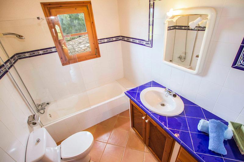 Badezimmer Blau Gefliest : Finca Tirado auf Mallorca mit Pool von ...