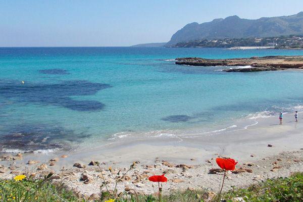 Bucht mit Sand auf der Halbinsel La Victoria bei Es Mal Pas