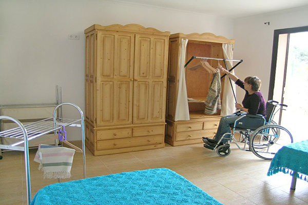 Gr??e Rollstuhlgerechte Dusche : Dieser Kleiderschrank im behindertengerechten Schlafzimmer l?sst sich
