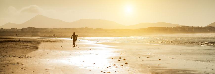 Sonnenaufgang am Strand auf Lanzarote
