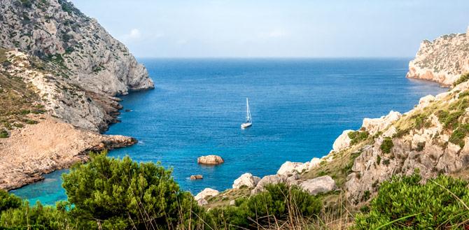 Bucht mit Segelboot