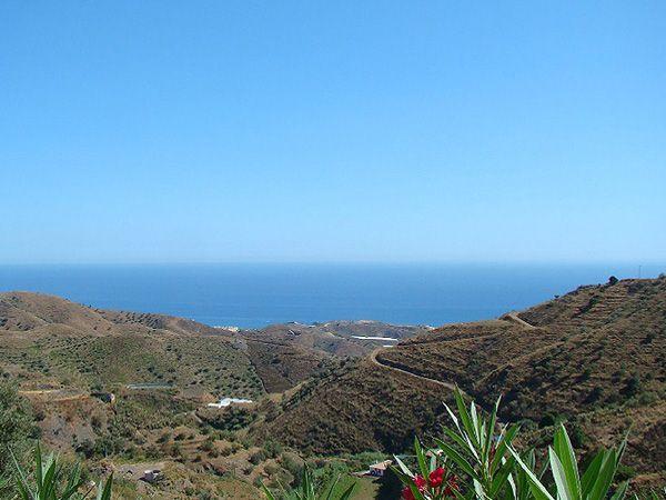 Blick von Sayalonga auf die Küste