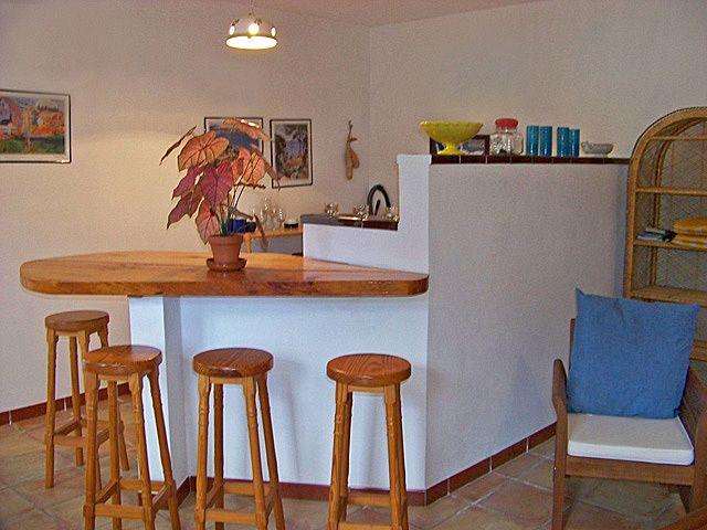 der gemtliche wohnraum ist mit einer eleganten couchgarnitur essecke sat tv und einer halboffenen kche mit 2 plattenherd khlschrank und theke - Halboffene Kchen